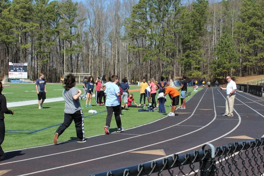 Today%E2%80%99s+beautiful+weather+draws+Coach+Davis%E2%80%99+3rd+period+class+outside+for+their+second+attempt+at+the+mile+run.