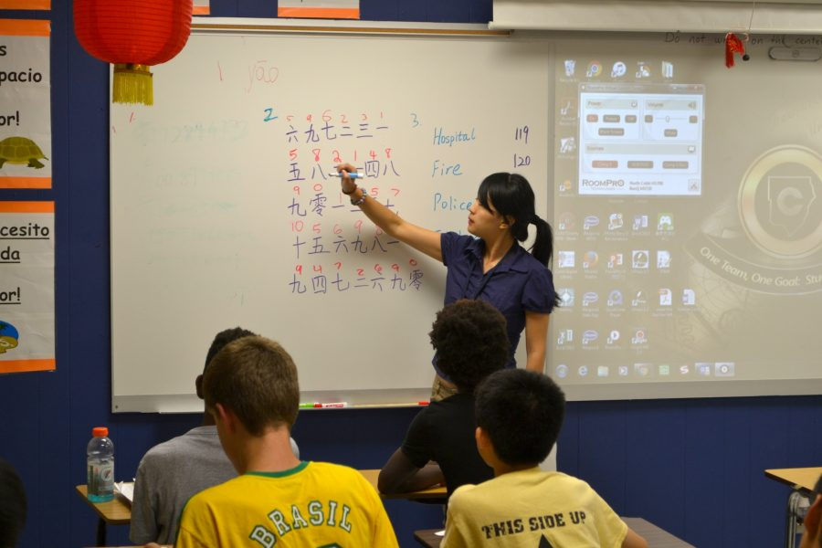 Long teachers her Chinese I class. She took over teaching duties for Chinese I-IV this year from previous teacher Xue Junyu.