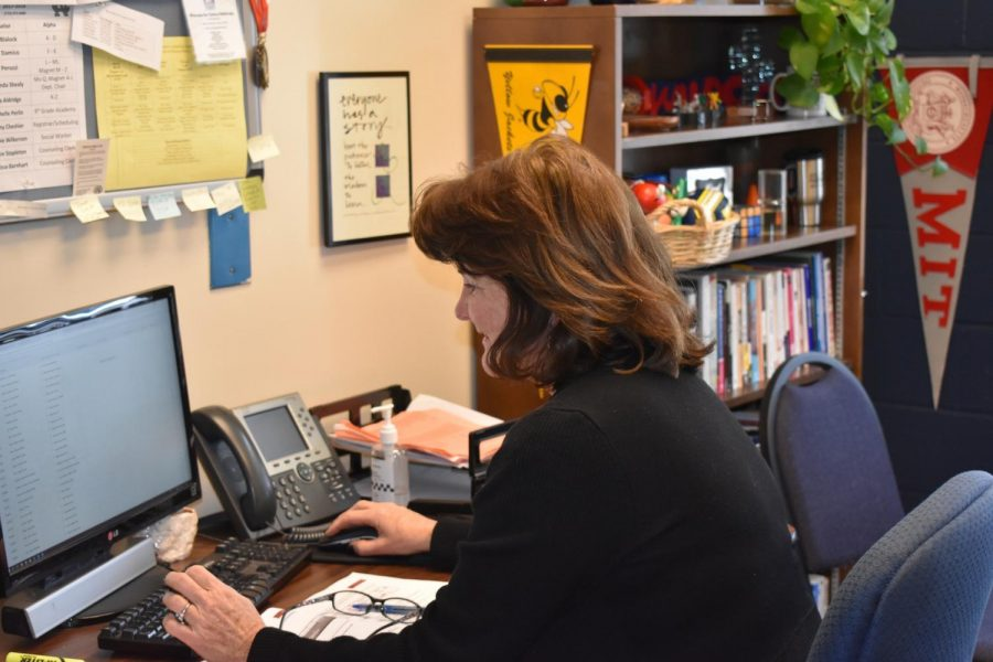Magnet+counselor+Dr.+Linda+Shealy+continues+to+assist+students+in+selecting+and+registering+for+next+year%27s+elective+classes.+
