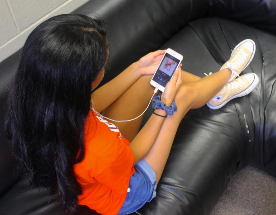 Junior Angela Canales listens to Sweetener and moves her head along to the beat of the song.