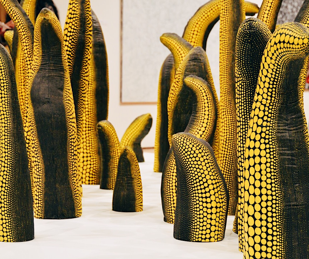 Between+the+rooms%2C+Kusama%E2%80%99s+other+paintings+and+structures+filled+the+space.+This+installation+featured+different+shaped+black+and+yellow+spotted+phallic+structures.+Kusama+created+multiple+phallic-shaped+pieces+to+combat+the+anxiety+and+negative+stigma+that+she+felt+around+sex+and+the+naked+body.
